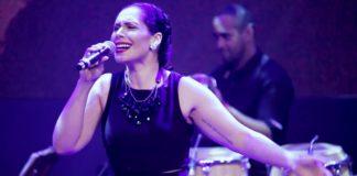 Alexandra Jackson Sings 'A Felicidade' at Connectbrazil.com